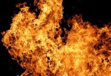 В Дзержинске неизвестные устроили пожар в заброшенном здании в центре города