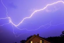 В поселке близ Дзержинска дом сгорел от удара молнии