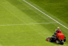 Первый покос травы начался на поле стадиона «Химик»