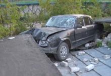 Черная «Волга» припарковалась на крыше гаража