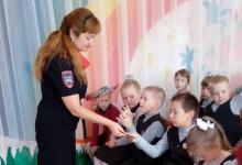 Первоклассникам Дзержинска подарили катафоты для одежды