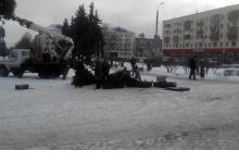 Жители Дзержинска помогали ставить елку на площади Ленина
