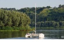 Семья нижегородцев отправилась в путешествие до Дзержинска на самодельной яхте