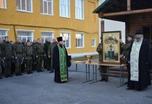 В воинской части 11385 игумен Вассиан (Бирагов), духовник части, и помощник благ