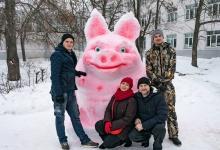 В Дзержинске за ДДТ построили символ года из снега