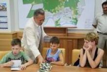 Мэр Дзержинска Виктор Сопин проводит время с детьми