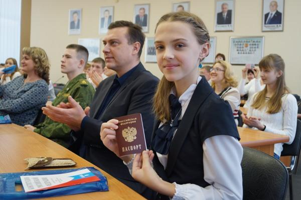 Молодые жители РФ получили паспорта изрук руководителя Магнитогорска