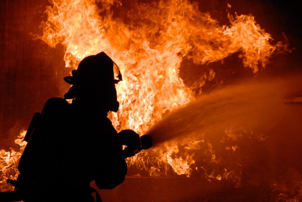 14 человек эвакуировали изгорящего трехэтажного дома вДзержинске