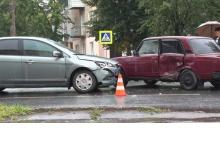 В Дзержинске на проспекте Ленина «Жигуль» столкнулся с «Фордом»