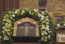 В дзержинский храм привезли напрестольный крест-мощевик