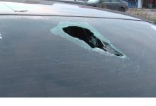 В Дзержинске неизвестный с высоты кидает бутылки в машины