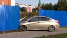 В Дзержинске автоледи пробила забор храмового комплекса