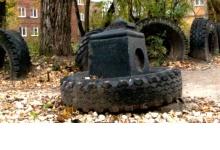 Могильное надгробие стоит во дворе Дзержинска