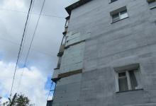 В Дзержинске по улице Гайдара поврежден фасад здания